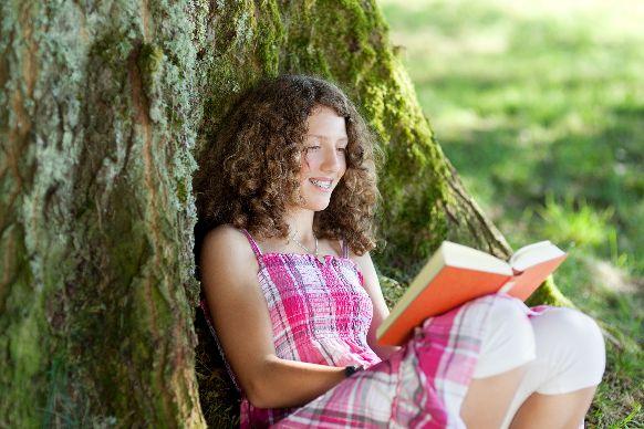 Čtoucí dívka v parku